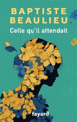 Couverture du livre Celle qu'il attendait. Représente une silhouette de femme, emplie de fleurs jaunes et bleues, sur fond vert.